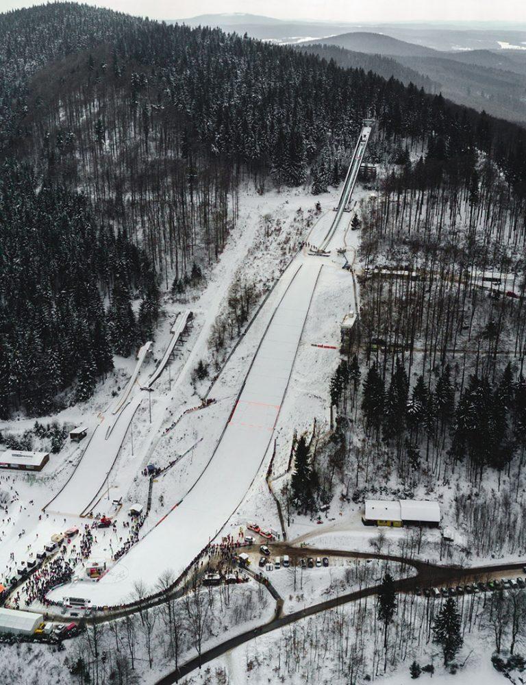 Luftaufnahme Skisprungarena Tag 1